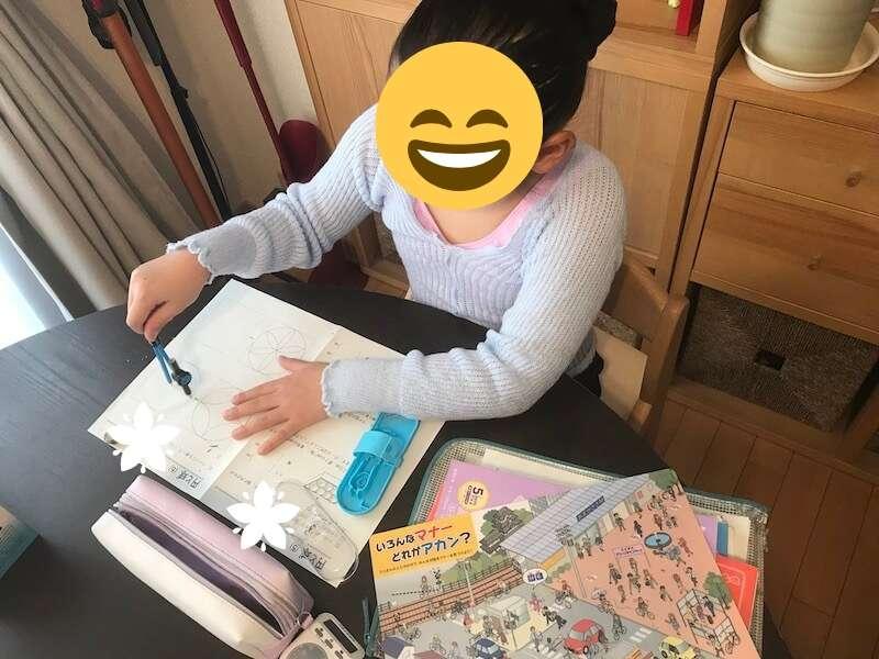 浜本工芸の学習椅子に座る長女